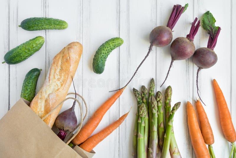 Panier de papel con pan fresco y verduras Endecha plana, visión superior fotografía de archivo