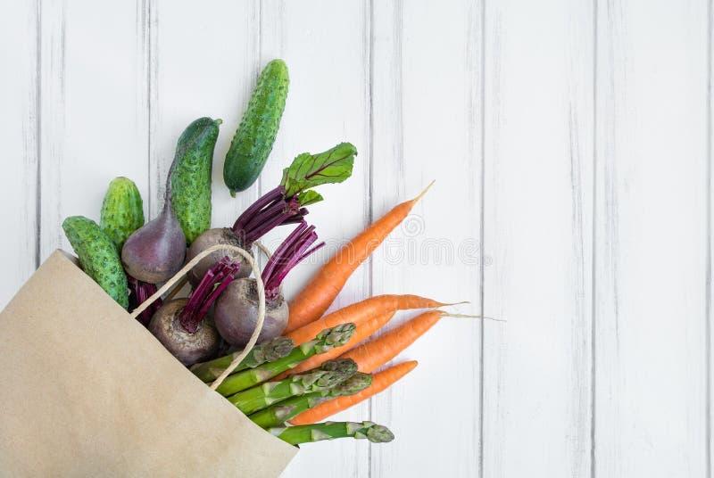 Panier de papel con pan fresco y verduras Endecha plana, visión superior imágenes de archivo libres de regalías