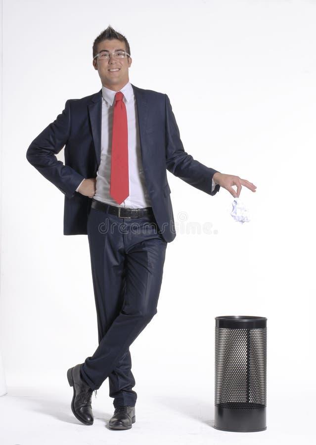 Panier de papier d'homme d'affaires. image stock