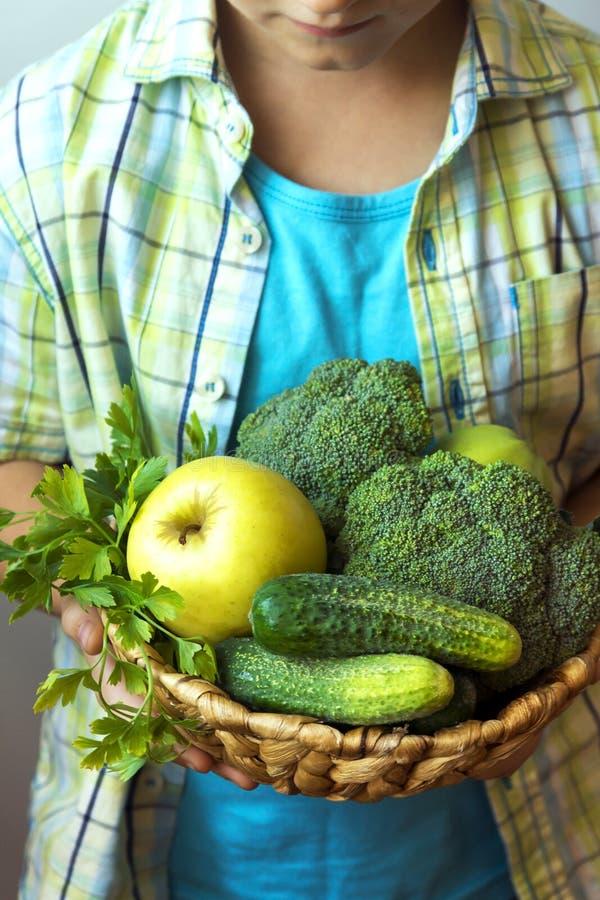 Panier de prise de personne avec les légumes verts image stock