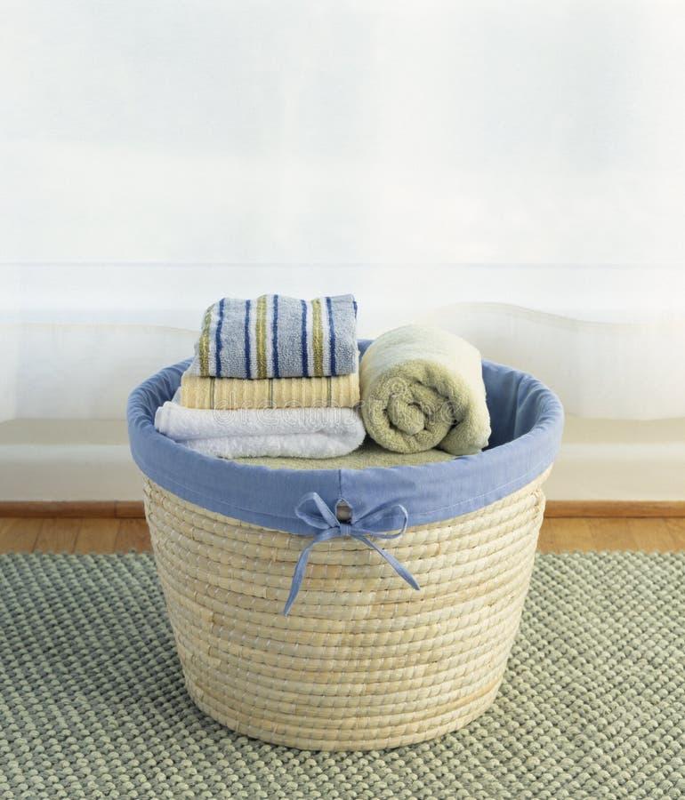 Panier de propre, blanchisserie de toiles de serviettes de coton Nettoyage à la maison de ménage de corvées des travaux domestiqu image libre de droits