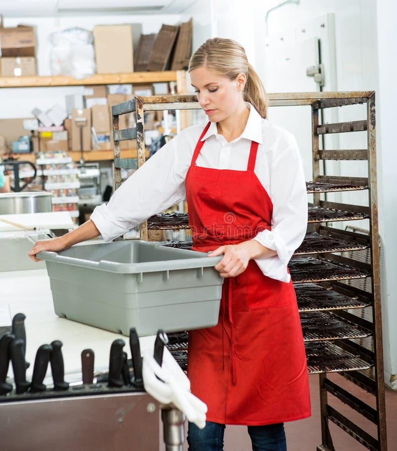 Panier de transport de travailleur à la boucherie photo libre de droits