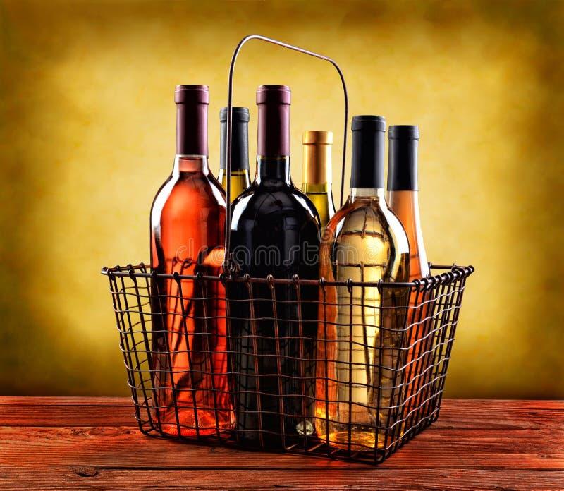 Panier des bouteilles de vin photo libre de droits