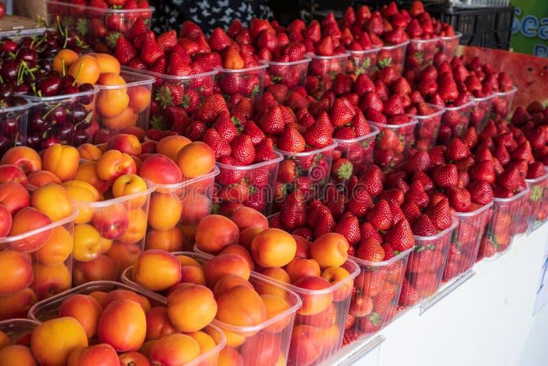 Panier des fraises et des abricots mûrs rouges photo libre de droits