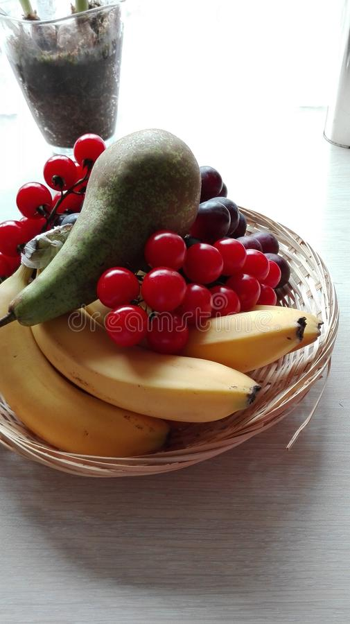 Panier des fruits photos stock