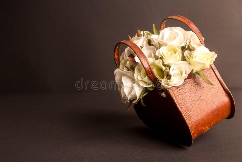 Panier des roses photos stock