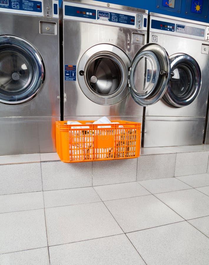 Panier des vêtements en Front Of Washing Machine image stock
