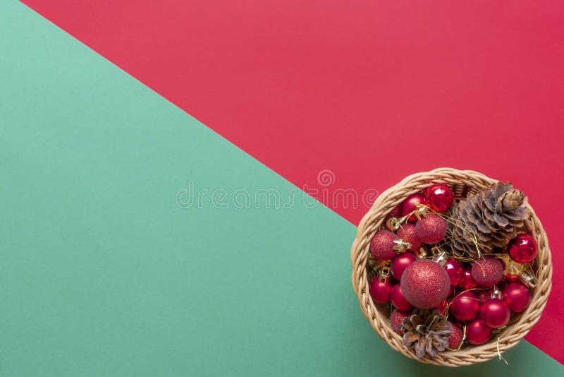 Panier en bois complètement avec des boules de christmass photos stock