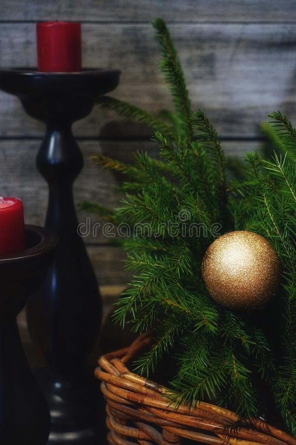 panier en bois de boule d'or de sapin de branche de chandelier de bougie de fond de célébration de décoration à l'intérieur image libre de droits