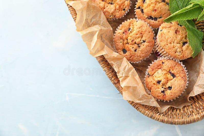Panier en osier avec des petits pains de myrtille sur la table photographie stock
