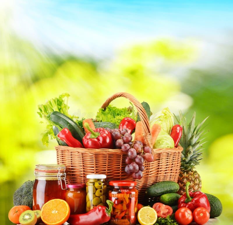 Panier en osier avec les légumes organiques frais Régime équilibré photographie stock libre de droits