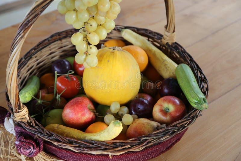 Panier en osier avec un bon nombre de fruit frais en automne photographie stock