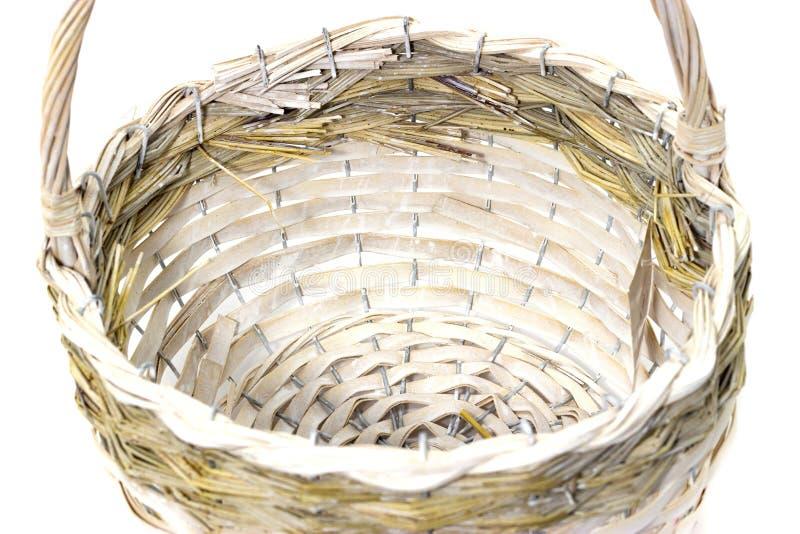 Panier en osier des matériaux naturels sur les métiers folkloriques d'un fond blanc photos stock