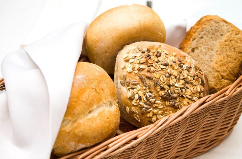 Panier en osier des petits pains de dîner image libre de droits