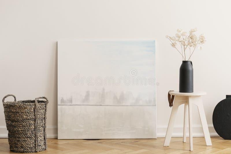 Panier en osier et table en bois avec le vase noir avec des fleurs, vraie photo avec la maquette photographie stock libre de droits