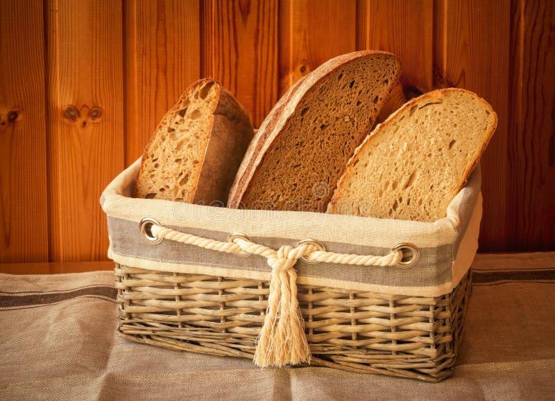 Panier en osier rustique avec du pain frais Type de cru image libre de droits