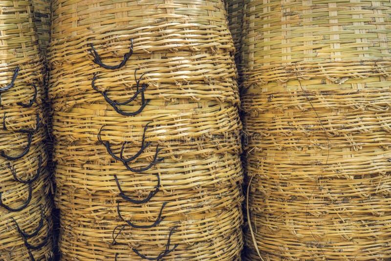 Panier en osier vide, fond en bois de panier photographie stock libre de droits
