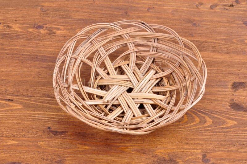 Panier en osier vide sur le fond en bois de table photos libres de droits