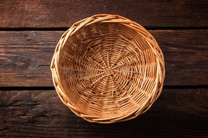 Panier en osier vide sur un fond en bois photos stock