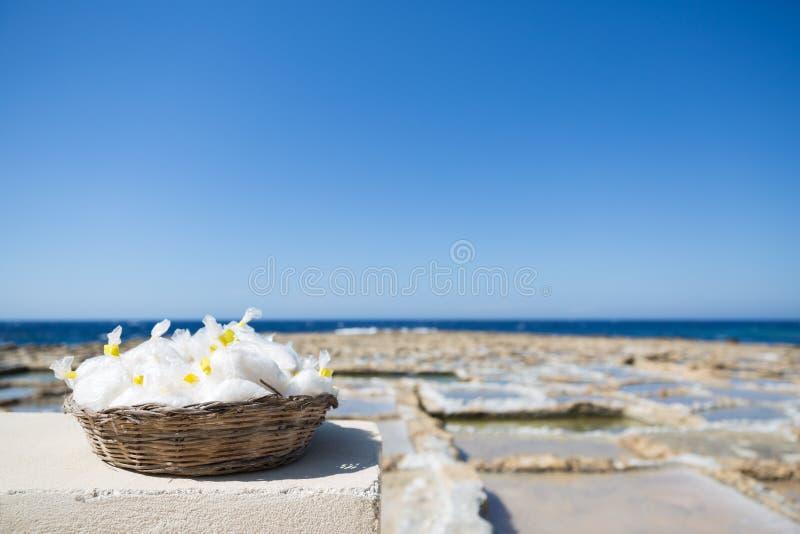 Panier naturel de sel de mer d'île de Gozo avec Salines et mer bleue dedans photo stock
