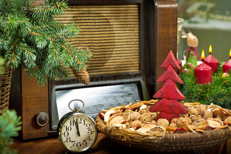 Panier peu profond des noix au temps de Noël photo stock