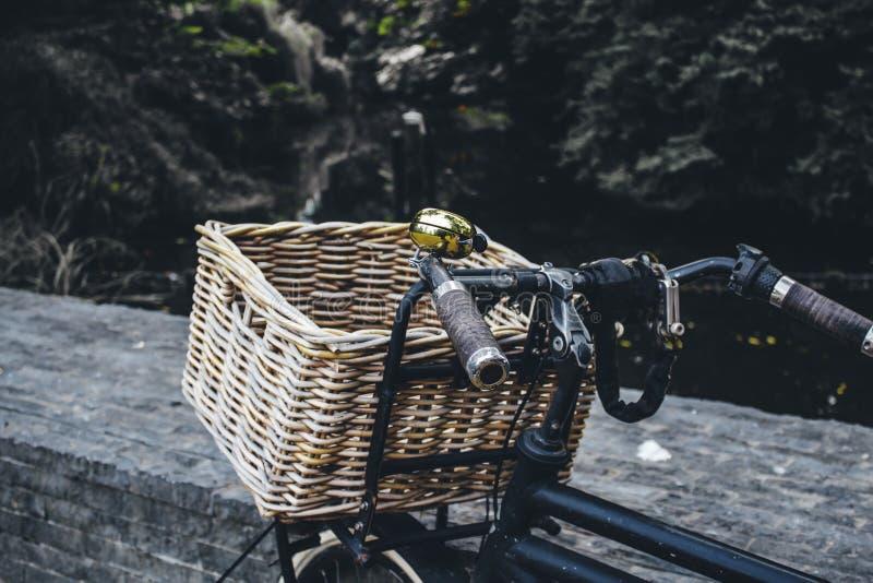 Panier pour la bicyclette image stock