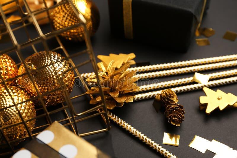 Panier retourné avec des décorations de Noël sur la table foncée photographie stock