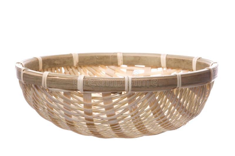 Panier tissé par paille traditionnelle d'isolement image stock