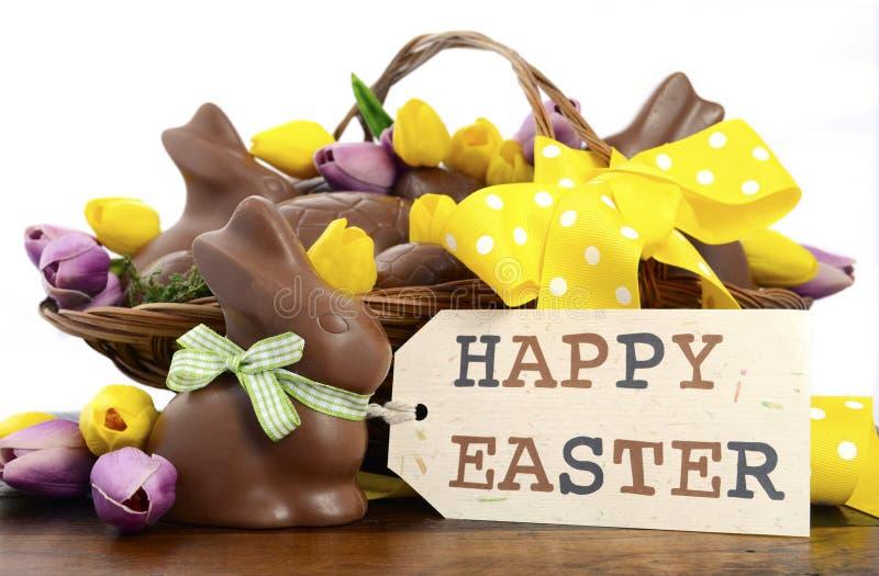 Paniere del cioccolato di Pasqua delle uova e dei conigli di coniglietto immagini stock libere da diritti
