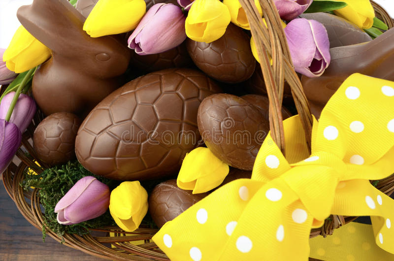 Paniere del cioccolato di Pasqua delle uova e dei conigli di coniglietto fotografia stock libera da diritti