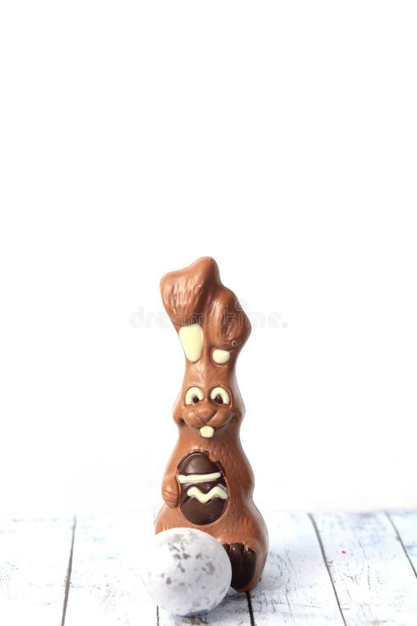 Paniere felice del cioccolato di Pasqua delle uova e dei conigli di coniglietto fotografie stock libere da diritti