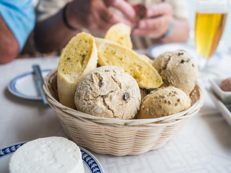 Panieren Sie Korb auf einer Tabelle mit einer Auswahl des Brotes lizenzfreies stockfoto