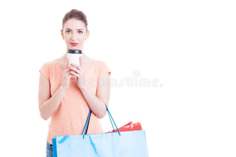 Panieres que llevan de la mujer bonita y sostener la taza de papel del café imagen de archivo