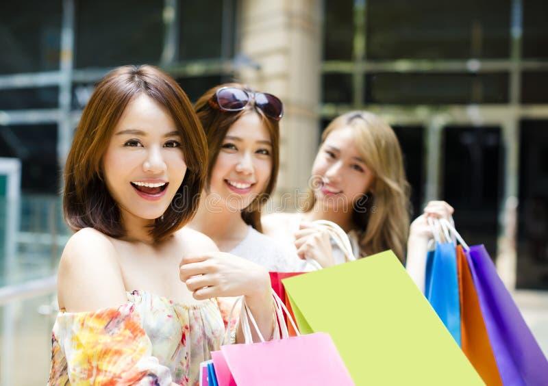 Panieres que llevan del grupo de las mujeres jovenes en la calle fotografía de archivo libre de regalías