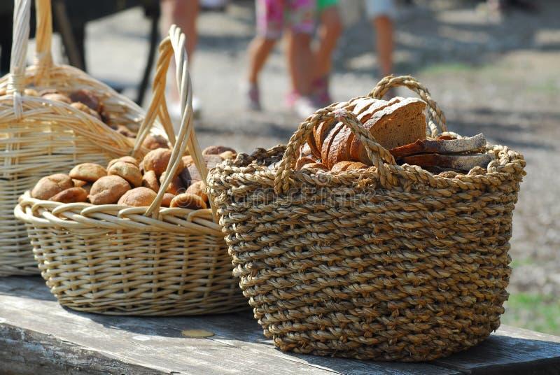 Paniers avec du pain photo libre de droits