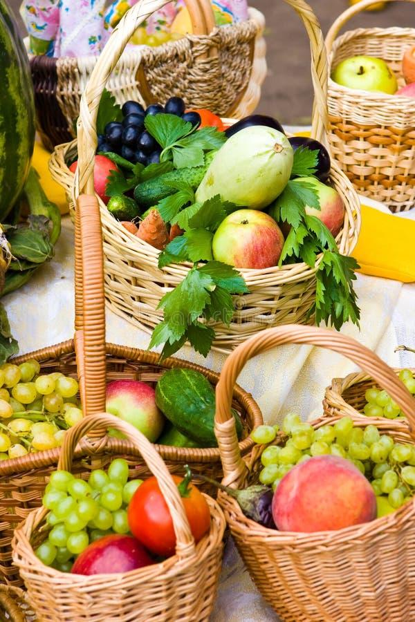 Paniers avec la nourriture photographie stock libre de droits