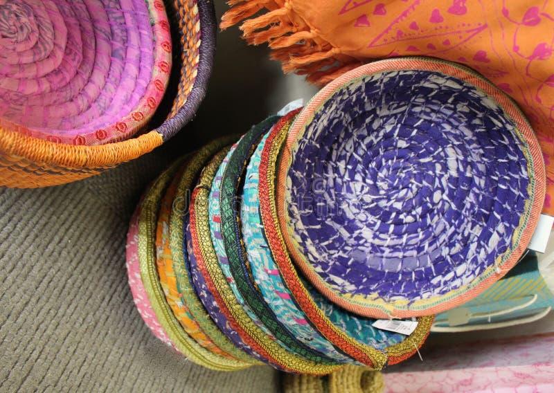 Paniers de commerce équitable faits à partir des saris photographie stock libre de droits