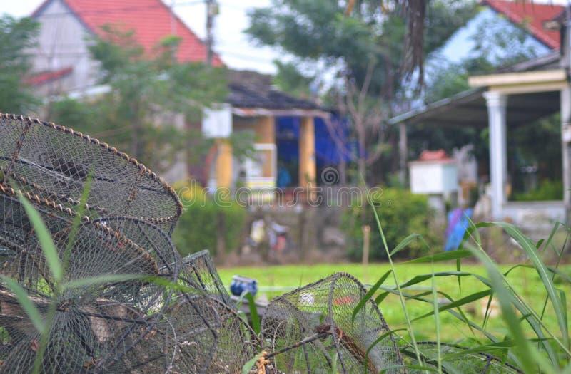Paniers de pêche dans une cour photos stock