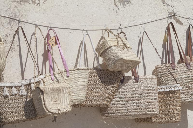 Paniers de paille en vente au marché en plein air photos stock