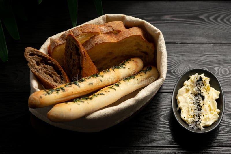 Paniers de pain sur un fond en bois noir images stock
