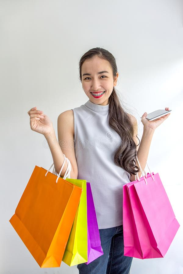 Paniers de transport de belle fille asiatique Sourire de femme d'achats Belle fille asiatique Jeune client photo libre de droits