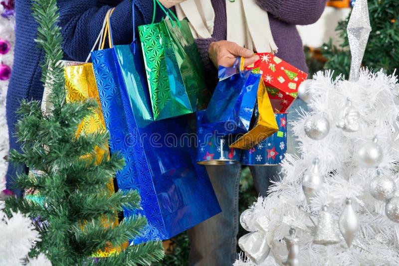 Paniers de transport de couples de Shopaholic à image stock