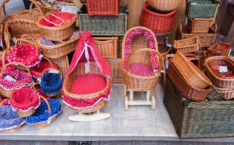 Paniers en osier colorés faits main et berceau images libres de droits