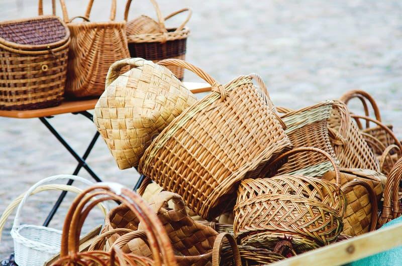 Paniers en osier de paille de vente sur la rue photo stock