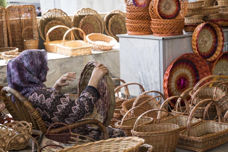 Paniers en osier faits main au bazar local traditionnel dans Uzbekista photographie stock libre de droits