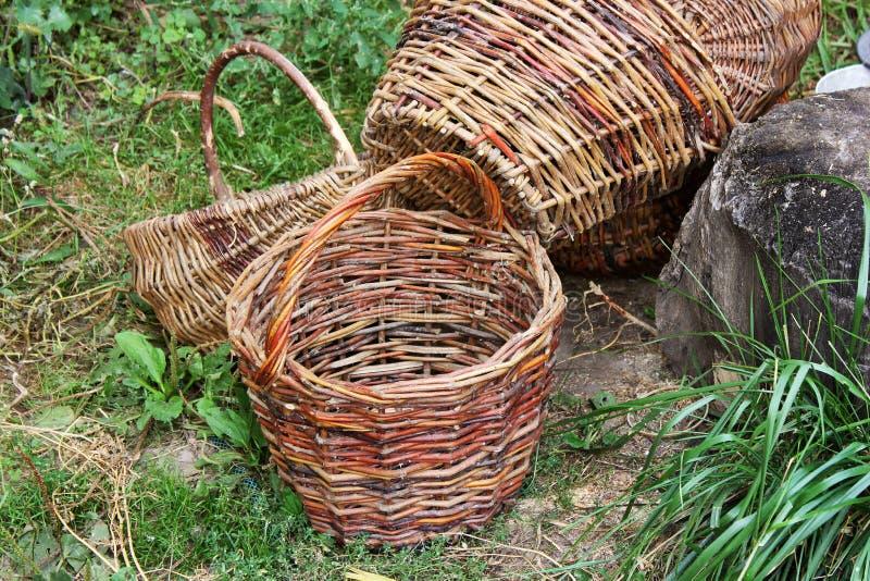 Paniers en osier sur l'herbe photo libre de droits