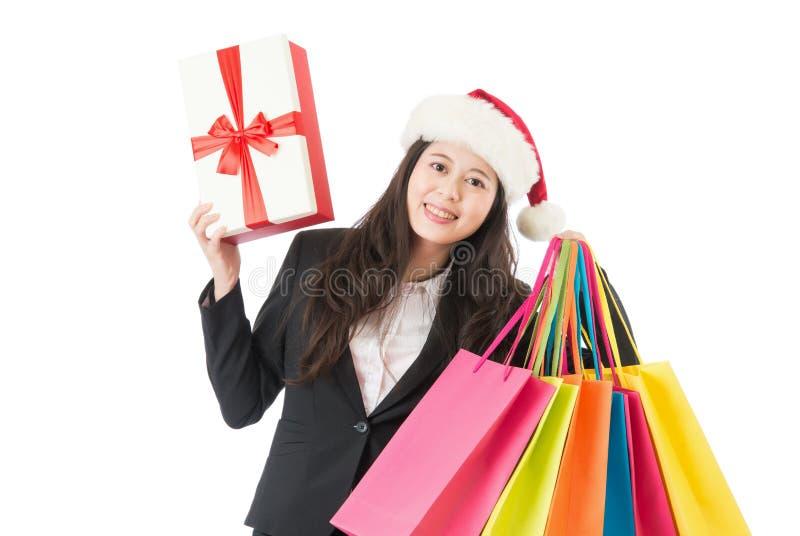 Paniers et boîte-cadeau colorés par participation de femme d'affaires photographie stock