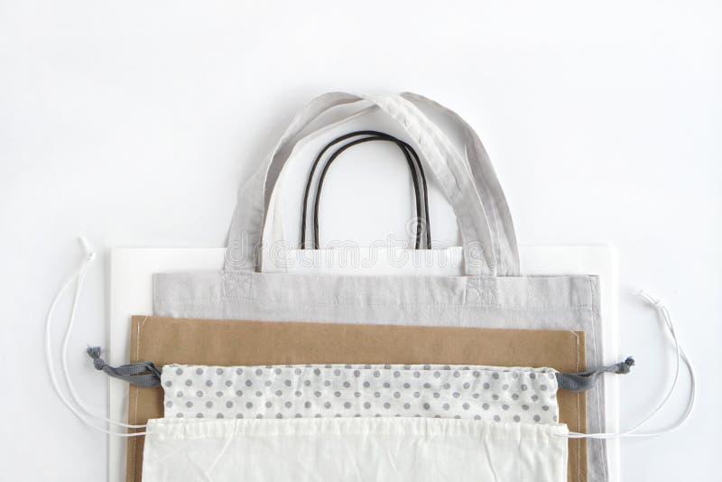 Paniers sur le fond blanc Coton et sacs en papier pour des achats en plastique libres photos stock