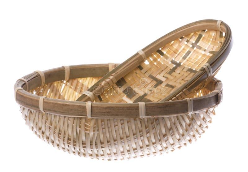 Paniers tissés par paille traditionnelle d'isolement images stock