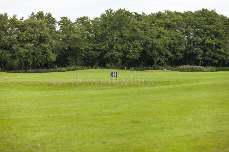 Paniers vides de boule de golf au champ d'exercice photographie stock